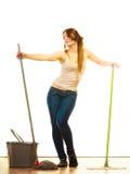 Смешной пол женщины чистки mopping Стоковое фото RF