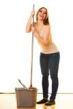Смешной пол женщины чистки mopping Стоковые Фотографии RF