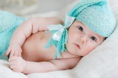 Смешной ребенк в огромной связанной крышке Стоковая Фотография RF