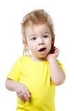 Смешной ребенк говоря на сотовом телефоне Стоковые Изображения RF