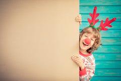 Смешной ребенк держа пробел знамени картона Стоковые Изображения RF