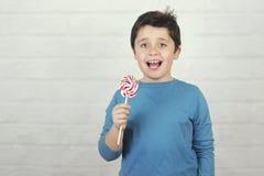 Смешной ребенк с леденцом на палочке стоковые фото