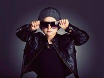 Смешной ребенок в шляпе Модный мальчик в солнечных очках Стоковая Фотография RF