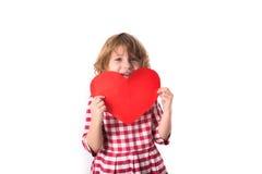 Смешной ребенок девушки в красном платье шотландки с красным бумажным сердцем, Вейл Стоковая Фотография