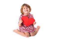 Смешной ребенок девушки в красном платье шотландки с красным бумажным сердцем, Вейл Стоковое Изображение