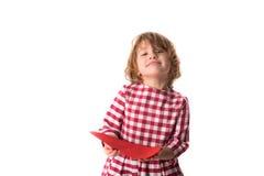 Смешной ребенок девушки в красном платье шотландки с красным бумажным сердцем, Вейл Стоковое Изображение RF