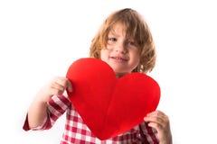Смешной ребенок девушки в красном платье шотландки с красным бумажным сердцем, Вейл Стоковые Фото
