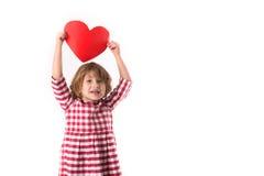 Смешной ребенок девушки в красном платье шотландки с красным бумажным сердцем, Вейл Стоковые Изображения RF