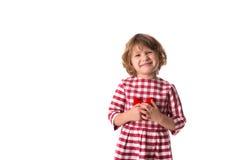 Смешной ребенок девушки в красном платье шотландки с красным вязать крючком крючком сердцем, Стоковое Изображение RF