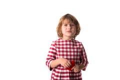 Смешной ребенок девушки в красном платье шотландки с красным вязать крючком крючком сердцем, Стоковое фото RF