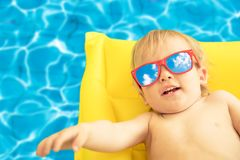 Смешной ребёнок на летних каникулах стоковое изображение rf