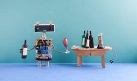 Смешной робот получает пьяным Концепция события торжества партии вина Творческий киборг дизайна с бокалом и бутылкой Деревянный Стоковое Фото