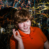 Смешной рыжеволосый мальчик показывая одобренный знак стоковая фотография