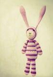 Смешной связанный портрет игрушки кролика с ушами вверх, год сбора винограда Стоковые Фото