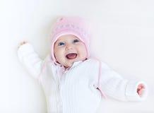 Смешной смеясь над ребёнок в свитере связанном белизной стоковое изображение