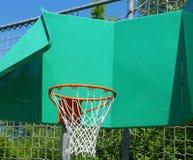 Смешной смотря обруч баскетбола стоковое изображение