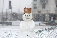 Смешной снеговик в парке при крышка сделанная из картона Стоковое Фото