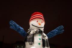 Смешной снеговик Красивый снеговик в улыбках и руках красных крышки вверх стоковые фото
