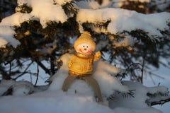 Смешной снеговик на ветви хвойного дерева под снегом Стоковые Изображения RF