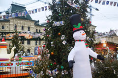 Смешной снеговик на ели рождества предпосылки в парке атракционов Стоковая Фотография