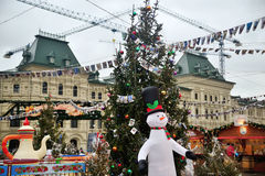 Смешной снеговик на ели рождества предпосылки в парке атракционов Стоковая Фотография RF