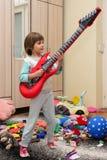 Смешной счастливый ребенок с гитарой Стоковые Фотографии RF