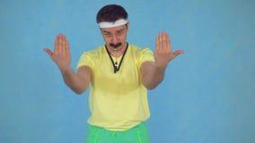 Смешной тренер человека со свистком с усиком от 80's, на голубой предпосылке сток-видео