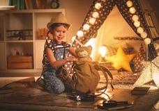 Смешной турист девушки ребенка с картой электрофонаря и мира и backp Стоковое Изображение RF