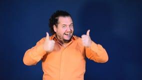 Смешной тучный человек в оранжевых танцах рубашки С днем рождения и большая потеха сток-видео