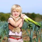 Смешной лук-порей рудоразборки девушки preschooler в поле Стоковое Изображение