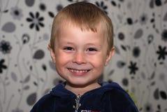 Смешной усмехаясь холодный портрет мальчика Стоковые Изображения RF
