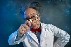 Смешной ученый смотря через лупу стоковые фотографии rf