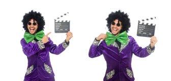 Смешной человек в парике при нумератор с хлопушкой изолированный на белизне Стоковое фото RF