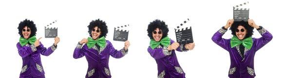 Смешной человек в парике при нумератор с хлопушкой изолированный на белизне Стоковые Изображения RF