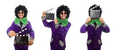 Смешной человек в парике при нумератор с хлопушкой изолированный на белизне Стоковые Фотографии RF