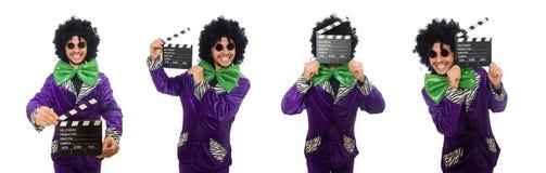 Смешной человек в парике при нумератор с хлопушкой изолированный на белизне Стоковая Фотография
