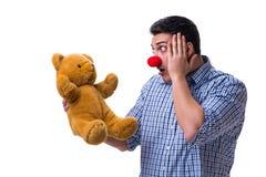 Смешной человек клоуна при мягкая игрушка плюшевого медвежонка изолированная на белом bac Стоковые Изображения