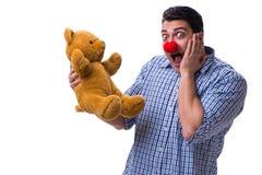 Смешной человек клоуна при мягкая игрушка плюшевого медвежонка изолированная на белом bac Стоковое фото RF