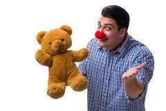 Смешной человек клоуна при мягкая игрушка плюшевого медвежонка изолированная на белом bac Стоковая Фотография