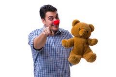 Смешной человек клоуна при мягкая игрушка плюшевого медвежонка изолированная на белом bac Стоковые Фото