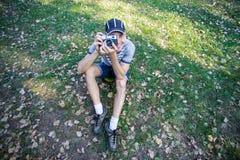 Смешной человек с винтажной камерой Стоковое Изображение