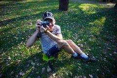 Смешной человек с винтажной камерой Стоковые Изображения