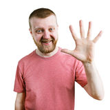 Смешной человек в футболке показывает 5 пальцев стоковые фотографии rf