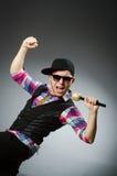 Смешной человек поя в караоке стоковые изображения rf