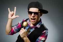 Смешной человек поя в караоке стоковое фото