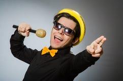 Смешной человек с mic в концепции караоке стоковое фото