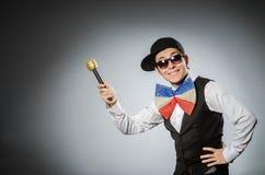 Смешной человек с mic в концепции караоке Стоковые Фотографии RF