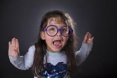 Смешные 4 года девушки делая стороны Стоковая Фотография