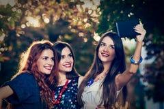 Смешные девушки делая selfie Стоковые Изображения RF