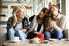 Смешные девушки Друзья на кафе Стоковая Фотография